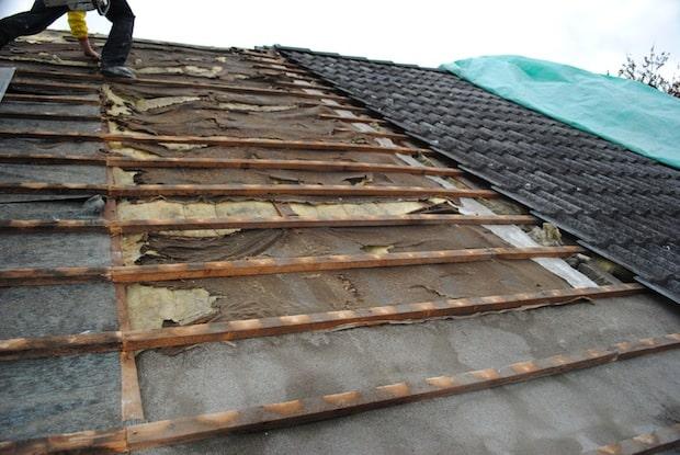"""Bild: So sieht es unter vielen Dacheindeckungen aus – und damit wird die Wärmedämmung nach der EnEV 2014 nach DIN 4108-2: 2013-02 nicht erfüllt. Außerdem wird teure Energie unnötig """"verheizt""""."""