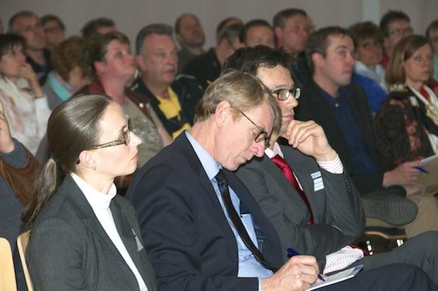 Lisa Helli (Rechtsberaterin der Handwerkskammer), Präsident Harald Herrmann und Justiziar Richard Schweizer (v.li.n.re.) verfolgten den Vortrag von Philipp Merkel ebenfalls