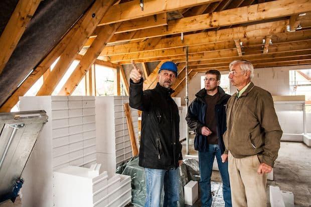 Fünf Gefahren beim Hausbau und wie sich Verbraucher davor schützen